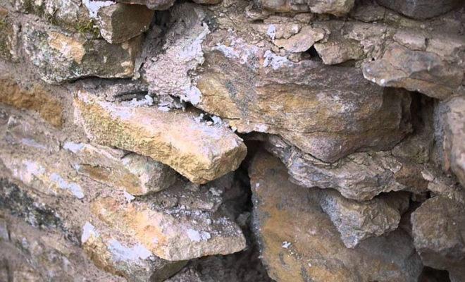 Réparer un mur de pierre