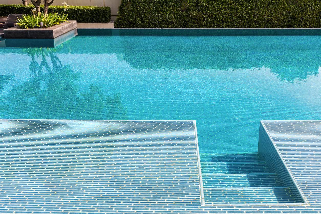 Carrelage piscine revêtement abords