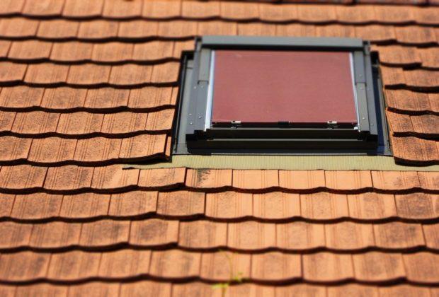 moustiquaire sur une fenêtre de toit
