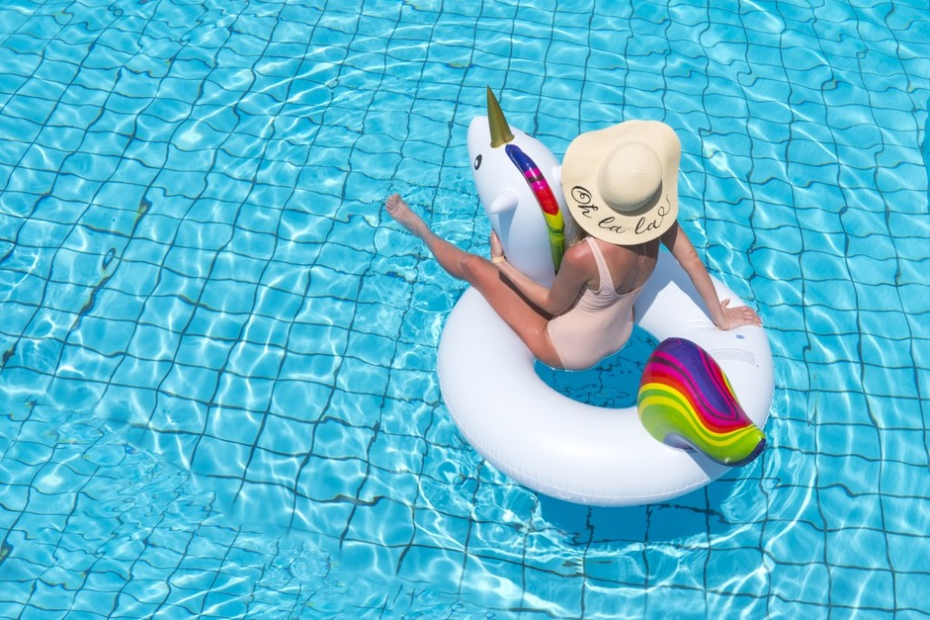 nettoyer les parois de piscine