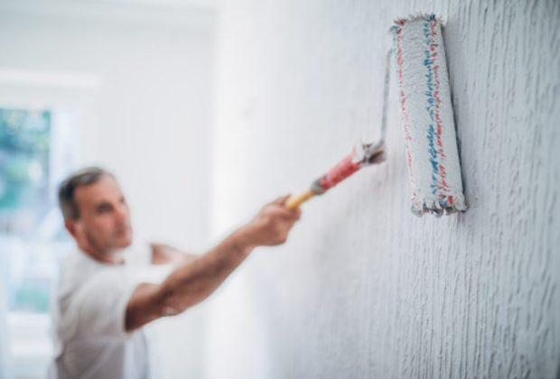 peintre le mur au rouleau
