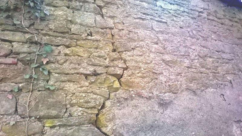Réparation d'un mur de pierre